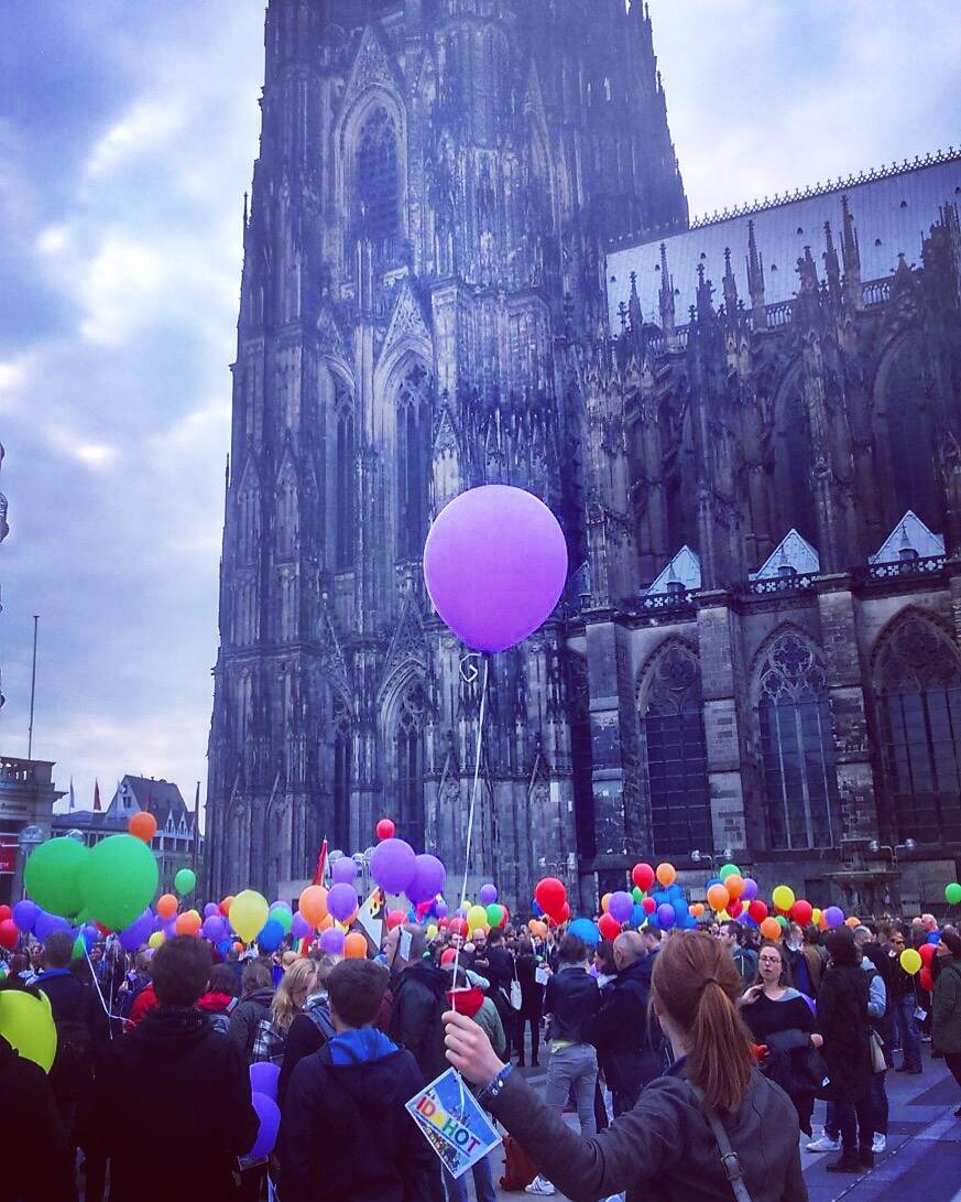 Bunte Luftballons unter dem Kölner Dom gegen Homophobie: Beim CSD geht es um Sichtbarkeit von Vielfalt und Toleranz.